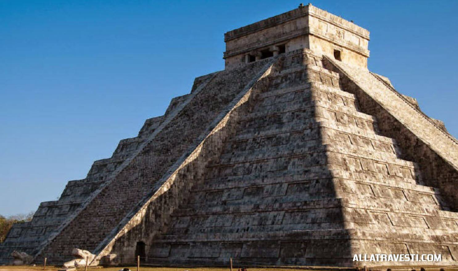 Храм Кукулькана. В дни равноденствия можно наблюдать явление, названное пернатым змеем